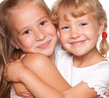 Niñas felices y sonrientes se abrazan