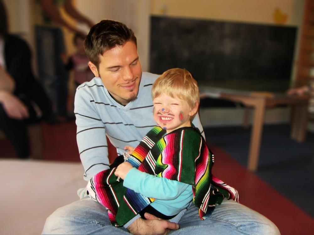 Padre e hijo sonriendo y jugando
